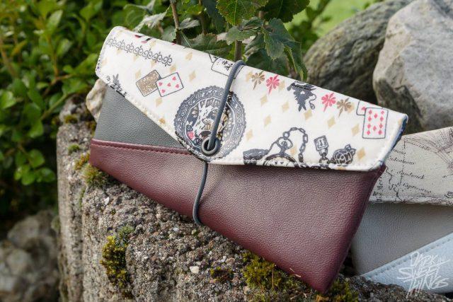 Freebook Smartphonetasche KUORI Hansedelli Alice im Wunderland Kunstleder Handytasche kostenloses Schnittmuster Täschchen nähen