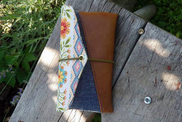 Freebook Smartphonetasche KUORI Hansedelli geometrisch Jeans Kunstleder Handytasche kostenloses Schnittmuster Täschchen nähen
