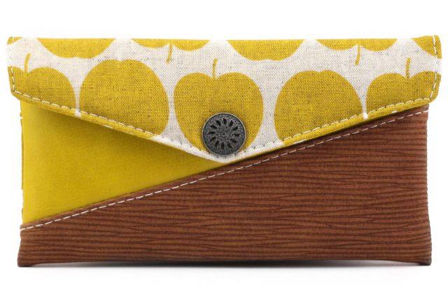 Freebook Smartphonetasche KUORI Hansedelli Äpfel gelb Frau Tulpe Borke Kunstleder Handytasche kostenloses Schnittmuster Täschchen nähen