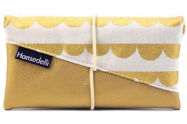 Freebook Smartphonetasche KUORI Hansedelli abstrakte Wellen gold Kunstleder Handytasche kostenloses Schnittmuster Täschchen nähen
