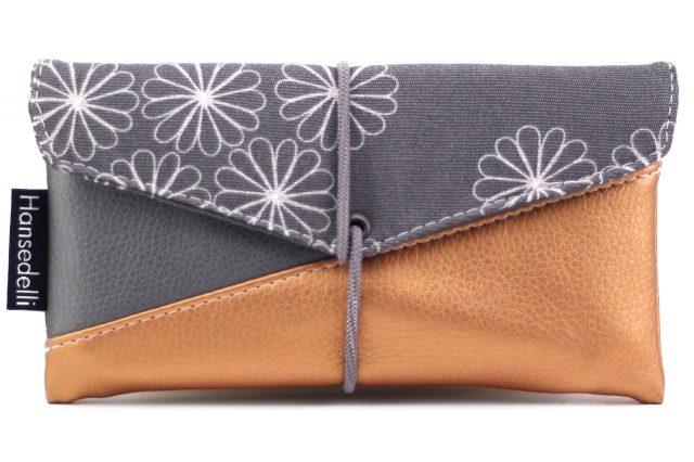 Freebook Smartphonetasche KUORI Hansedelli Blümchen grau Kupfer Kunstleder Handytasche kostenloses Schnittmuster Täschchen nähen