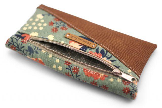 Freebook Smartphonetasche KUORI Hansedelli Reißverschlussfach Khaki Rosen Birch Canvas Peopies Borke Kunstleder Handytasche kostenloses Schnittmuster Täschchen nähen