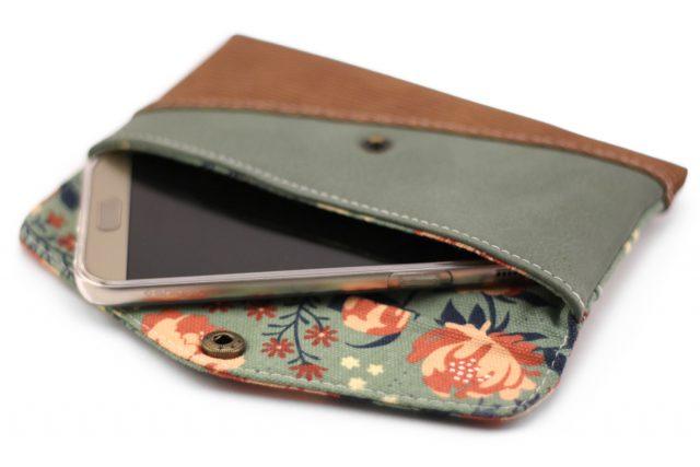 Freebook Smartphonetasche KUORI Hansedelli Khaki Rosen Birch Canvas Peopies Borke Kunstleder Handytasche kostenloses Schnittmuster Täschchen nähen