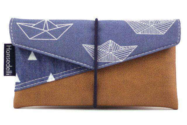 Freebook Smartphonetasche KUORI Hansedelli Retro Schiffchen Papierboote Kunstleder Handytasche kostenloses Schnittmuster Täschchen nähen
