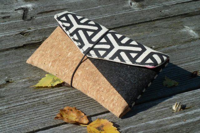 Freebook Smartphonetasche KUORI Hansedelli Kork schwarz Canvas geometrisch Handytasche kostenloses Schnittmuster Täschchen nähen
