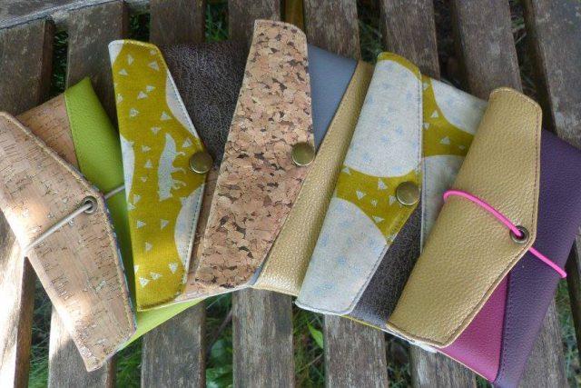 Freebook Smartphonetasche KUORI Hansedelli Kork Kokka Echino gold Kunstleder Handytasche kostenloses Schnittmuster Täschchen nähen