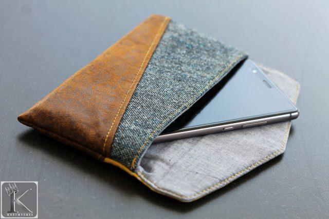 Freebook Smartphonetasche KUORI Hansedelli Jeans Leder Handytasche kostenloses Schnittmuster Täschchen nähen