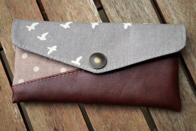 Freebook Smartphonetasche KUORI Hansedelli Birch Bio-Canvas Vögel grau Kunstleder Handytasche kostenloses Schnittmuster Täschchen nähen
