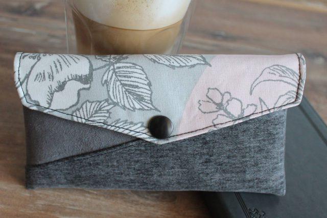 Freebook Smartphonetasche KUORI Hansedelli grau rosa Handytasche kostenloses Schnittmuster Täschchen nähen