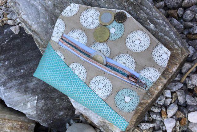 Freebook Smartphonetasche KUORI Hansedelli Schafe Reißverschlussfach Handytasche kostenloses Schnittmuster Täschchen nähen
