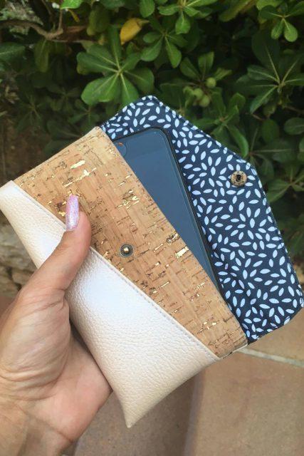 Freebook Smartphonetasche KUORI Hansedelli Kork gold Handytasche kostenloses Schnittmuster Täschchen nähen