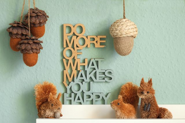 Do more of what makes you happy Holzschild gold mint mit Strohtieren