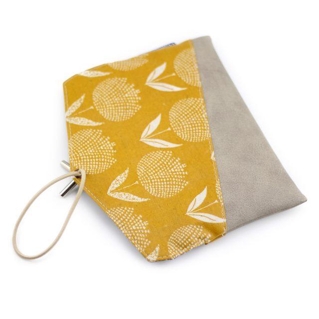 KUORI Smartphonetasche nähen Handytasche Gelb Grau Freebook Wachstuch Frau Tulpe