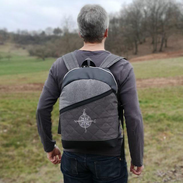 ROANO Hansedelli Rucksack nähen für Männer Schnittmuster grau Steppstoff schwarz Kunstleder Kompass