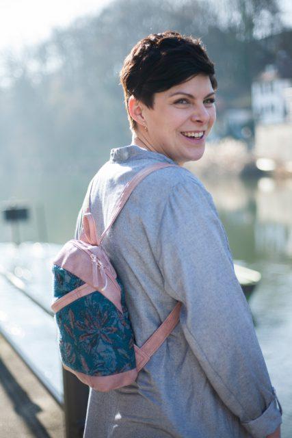 ROANA Hansedelli Kinderrucksack nähen Schnittmuster Rucksack Boho rosa Blumen Cityrucksack