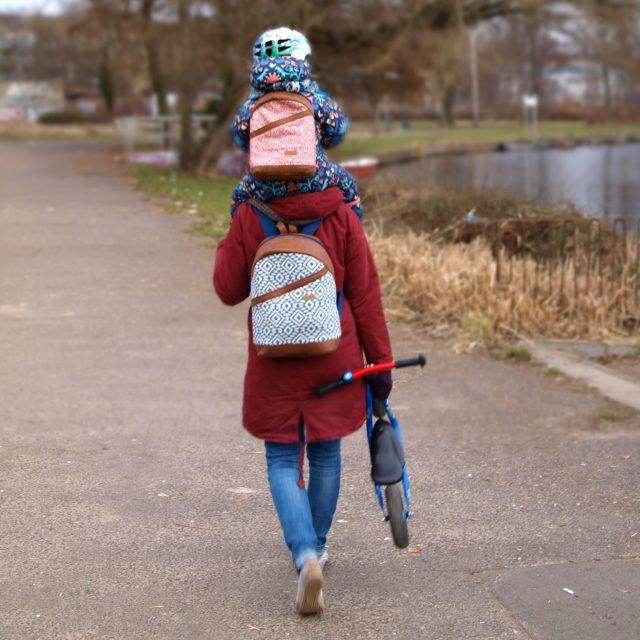 ROANI und ROANA Hansedelli Kinderrucksack nähen für Kinder Schnittmuster Rucksack Boho geometrisches Muster rosa blau