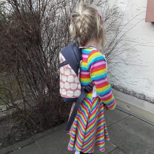ROANI Hansedelli Kinderrucksack nähen für Kinder Schnittmuster Rucksack rosa Äpfel Frau Tulpe Canvas