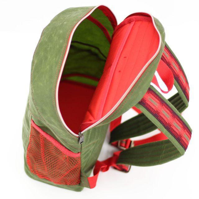 Outdoor Rucksack Oilskin nähen grün rot Reißverschluss metallisiert Ethno Gurtband Hansedelli