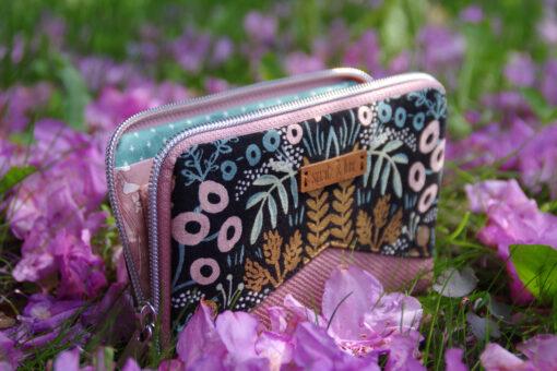 kleine Geldbörse mit umlaufendem Reißverschluss nähen Cotton and Steel Blumen Hansedelli