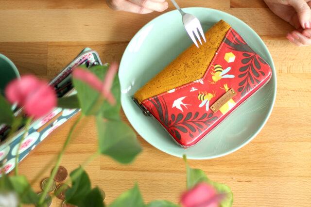 Bienen-Geldbörse Little Mynta Wachstuch Birds & Bees Tula Pink zip-around wallet Hansedelli